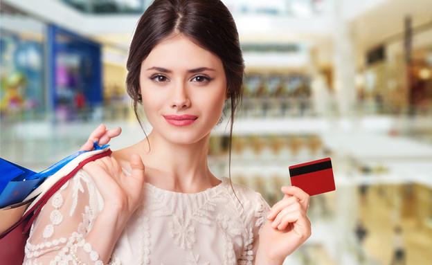 אישה קונה בחנות עם כרטיס אשראי (אילוסטרציה: Elena Kharichkina, Shutterstock)