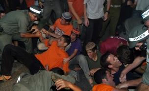 יהודים מתנחלים חיילים ושוטרים בזמן ההתנתקות (צילום: חדשות 2)