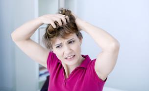אישה מגרדת בראש (צילום: kateafter | Shutterstock.com , מעריב לנוער)