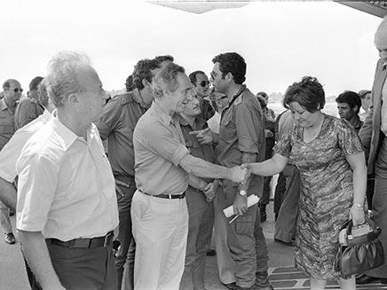 רבין ופרס מקבלים את החטופים מאנטבה