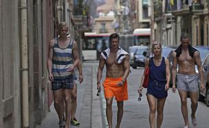 תיירים בשכונת ברלונטה בברצלונה (צילום: ap)