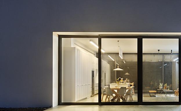 בית בין כרמים, חוץ לילה (1) (צילום: אסף פינצ'וק)