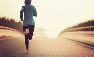אישה צעירה רצה ריצת בוקר (צילום: By Dafna A.meron)