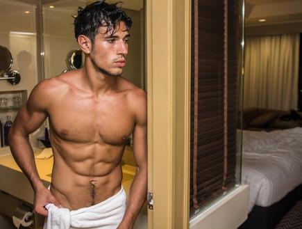גבר במקלחת
