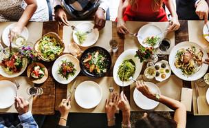 ארוחה משפחתית (צילום: shutterstock: Rawpixel.com)