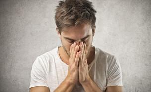 גבר מכסה את הפנים (צילום: ShutterStock)