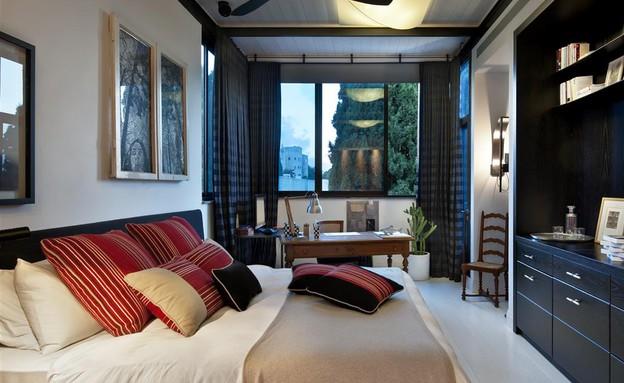 דנה אוברזון - חדר השינה בקומת הגג. הדירה הנוכחית ברמת השרון כבר עב (צילום: עודד סמדר)