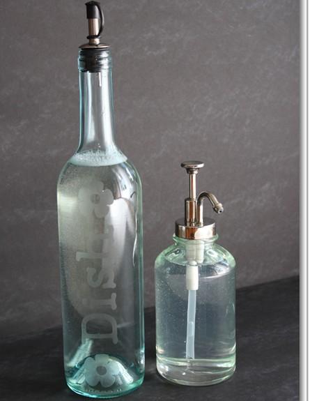 מחזור04, מבקבוק יין למתקן לסבון כלים (צילום: livingwellspendingless.com)