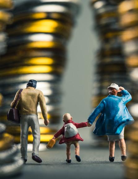משפחה הולכת ליד כסף (אילוסטרציה: By Dafna A.meron, shutterstock)