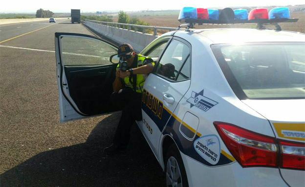 שוטר תנועה מודד מהירות (צילום: דוברות המשטרה)