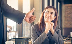 אישה צעירה מחייכת אל הבוס שלה (אילוסטרציה: By Dafna A.meron, shutterstock)