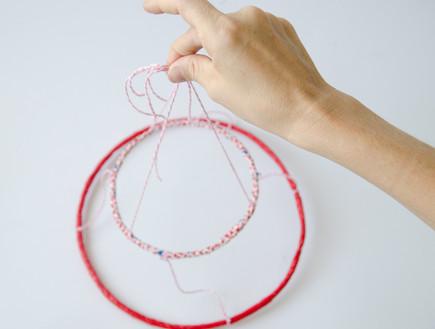 נועה קליין- אהיל ושרשרת, 11, מקשטים את החלק התחתון בשרשראות פונפונ (צילום: נועה קליין)