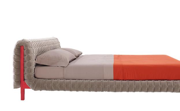 מיטות10_ מיטה עם בסיס פשוט ומראה מתוחכם בהביטאט (צילום: ברנרד לנגשטיין)