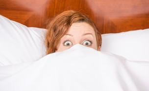 אישה מופתעת במיטה (צילום: kateafter | Shutterstock.com , מעריב לנוער)