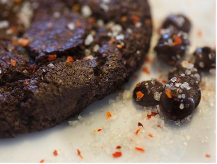 עוגיית שוקולד מריר וצ'ילי, נייט קוקי