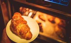 אפיית קרואסון בתנור (אילוסטרציה: kateafter | Shutterstock.com )