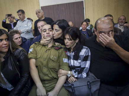 אזריה ומשפחתו בבית הדין