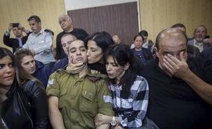 אזריה ומשפחתו בבית הדין (צילום: פלאש 90 / מרים אלסטר)