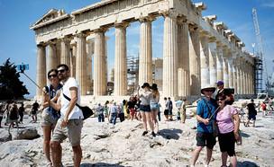 תיירים מצטלמים מול מקדש הפרתנון באתונה (צילום: Milos Bicanski, getty images)