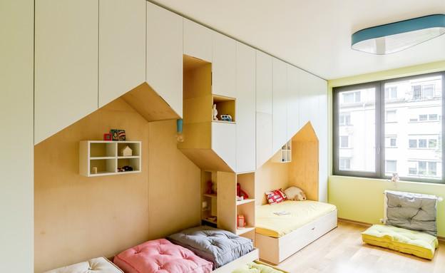 בילדאין01_ פתחים בצורת בית מגדירים את המיטות (צילום: Another Studio)