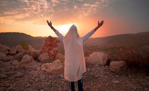 מתפלל מול שקיעה (צילום: By Dafna A.meron, shutterstock)