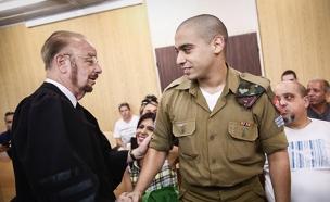 החייל אלאור אזריה עם עורך הדין יורם שפטל (צילום: Miriam Alster/Flash90)