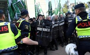 מפגינים ניאו-נאצים מול המשטרה השוודית (צילום: רויטרס)