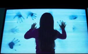 """ילדה רואה טלוויזיה מתוך """"פולטרגייסט"""" (צילום: Youtube/moviemaniacsDE)"""