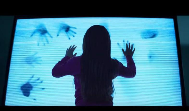 ילדה רואה טלוויזיה מתוך