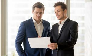 שני אנשי עסקים דנים בתכניות (אילוסטרציה: By Dafna A.meron, shutterstock)