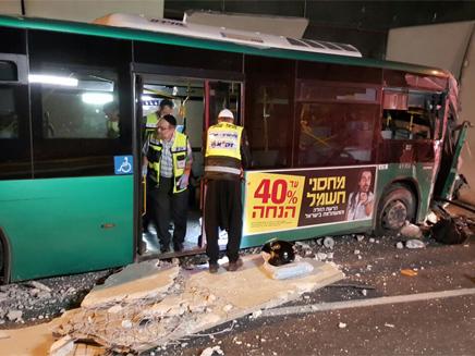 האוטובוס המעוך לאחר התאונה