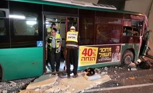 האוטובוס המעוך לאחר התאונה (צילום: אהרן ברוך ליבוביץ)