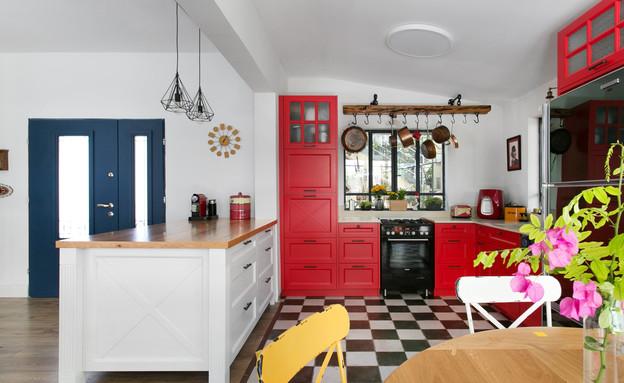 01_ מטבח באדום_ אי בלבן וריצוף דמקה_ עיצוב-אלה מורגן (צילום: שירן כרמל)