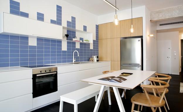 02_ מטבח בלבן ובפורניר עץ שמדגישים את חיפוי הקיר הדינמי_ עיצוב-דור (צילום: עדי כהן צדק)