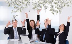 קבוצה של אנשי עסקים זורקת כסף באוויר (אילוסטרציה: By Dafna A.meron, shutterstock)