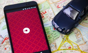 מכונית וסמארטפון על מפה (צילום: יחסי ציבור, shutterstock)