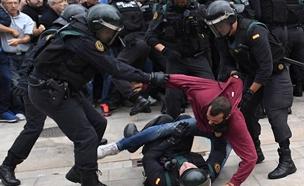 אלימות בזמן משאל העם הקטלוניה (צילום: SKY NEWS)