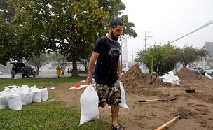 ממלאים שקי חול בניו אורלינס לקראת הוריקן נייט (צילום: חדשות 2)