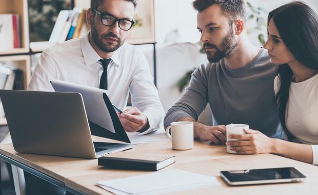 סוכן ביטוח מחתים זוג צעיר על מסמכים (צילום: kateafter | Shutterstock.com )