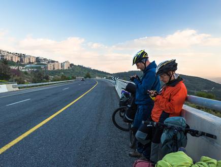 רוכבי אופניים משתמשים בסלולרי במהלך רכיבה