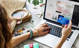 אישה קונה באינטרנט (צילום: By Dafna A.meron)