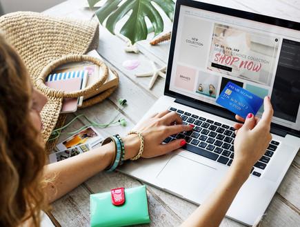 אישה קונה באינטרנט