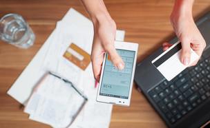 טלפון וכרטיס אשראי (צילום: By Dafna A.meron)