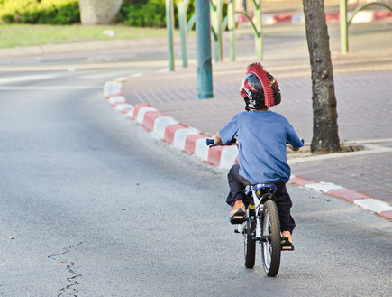 ילד רוכב על אופניים בתל אביב ביום כיפור