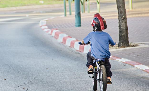ילד רוכב על אופניים בתל אביב ביום כיפור (צילום: By Dafna A.meron)