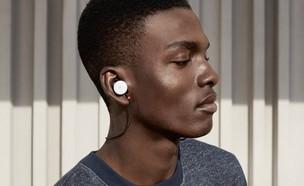 איש בחולצה אפורה ואוזניות של גוגל (צילום:  יחסי ציבור )