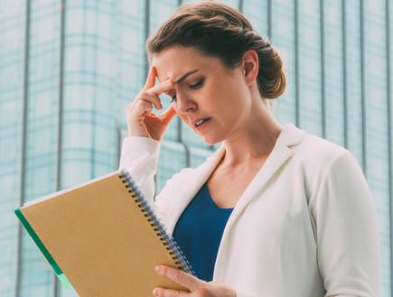 אשת עסקים חושבת (צילום: kateafter | Shutterstock.com )