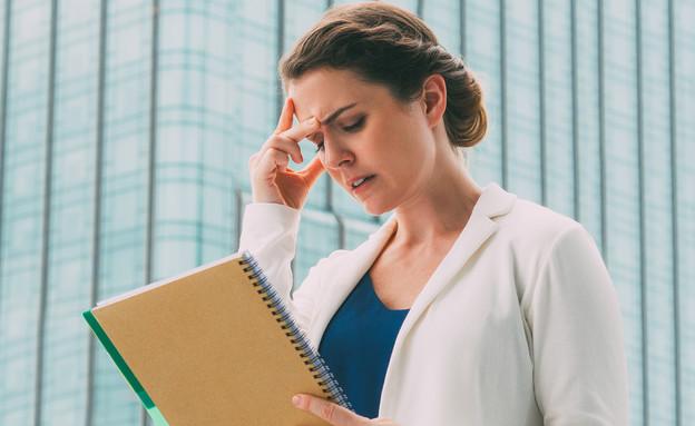 אשת עסקים חושבת (צילום: By Dafna A.meron, shutterstock)