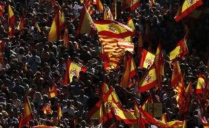 מאות אלפים מפגינים בברצלונה (צילום: SKY NEWS)