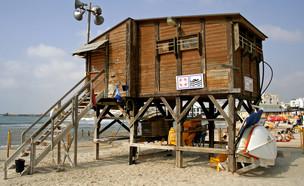 סוכת מציל בתל אביב (צילום: kateafter | Shutterstock.com )